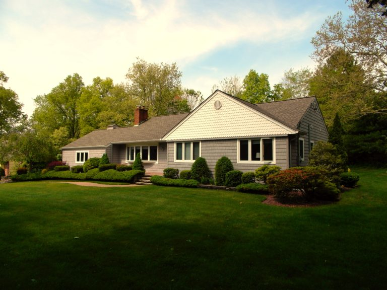 PIcture of house in Stony Brook with green lawn